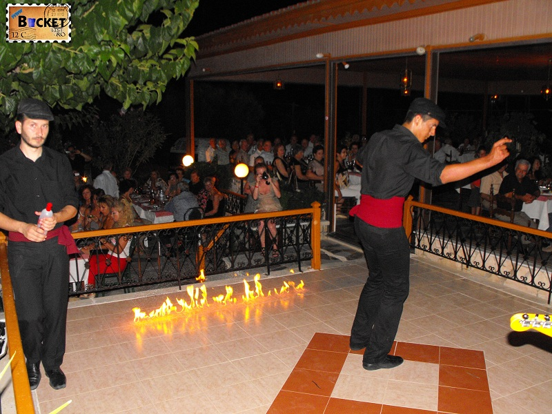 Dans grecesc pe  flacari