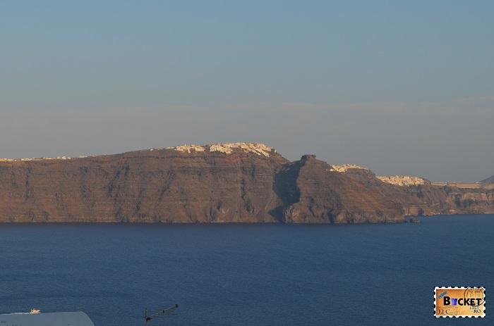 Imerovigli si Thira vazuta din Oia Santorini