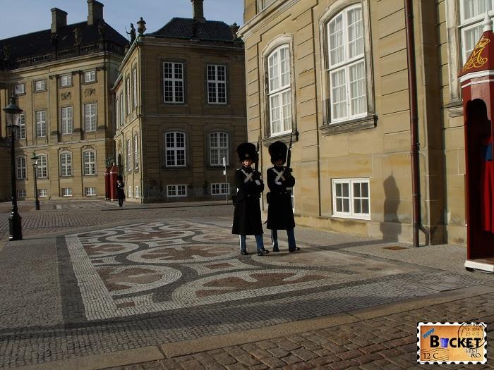 Copenhaga garda regala la palatul Amalienborg - Top 10 destinaţii