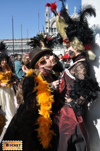 costume haioase şi măşti la  carnavalul de la Veneţia