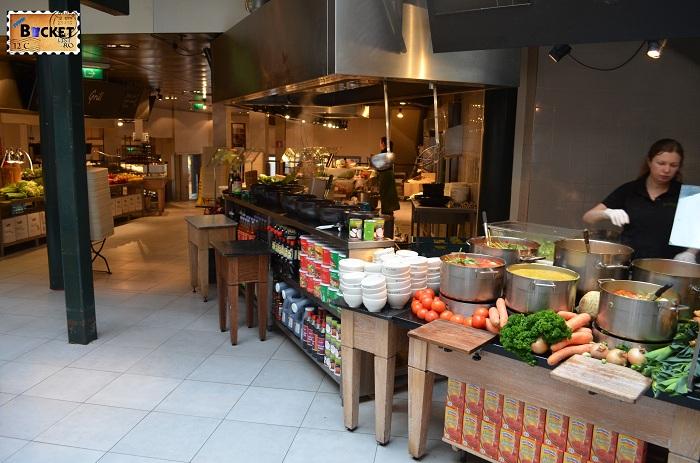Unde să mănânci în Amsterdam - Bucatarie si zona de servire in La Place