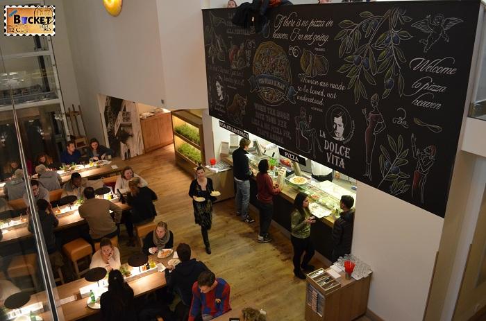 Unde să mănânci în Amsterdam - zona de comanda din restaurant Vapiano