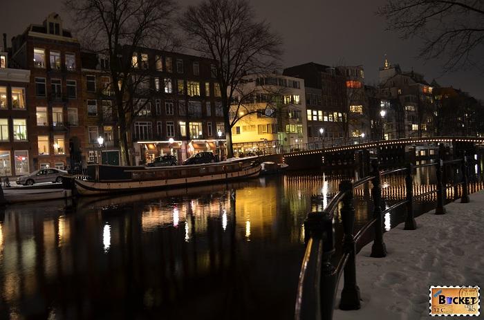 Canale din Amsterdam noaptea