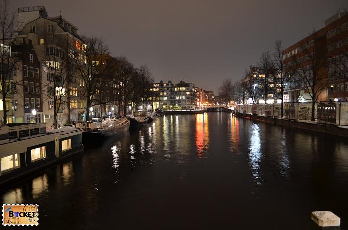 Canalele din Amsterdam noaptea