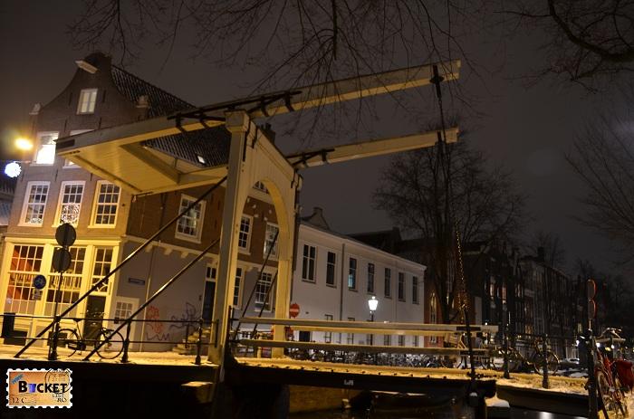 pod din Amsterdam noaptea