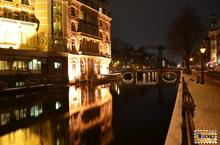 Hotel si canal din Amsterdam - noaptea
