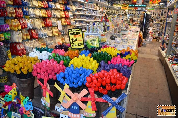 Suveniruri in Bloemenmarkt, piaţa de flori din Amsterdam