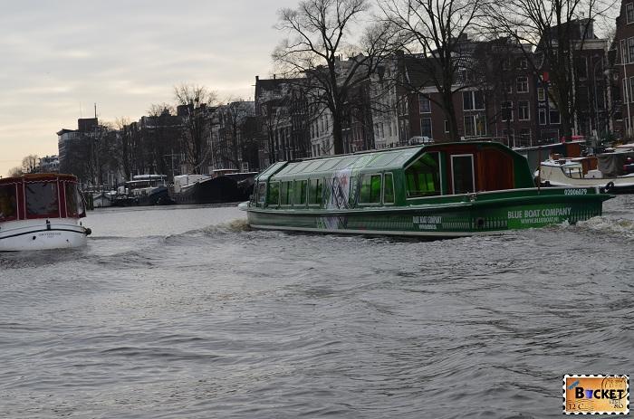 Canalele din Amsterdam - Blue Boat care defapt e verde