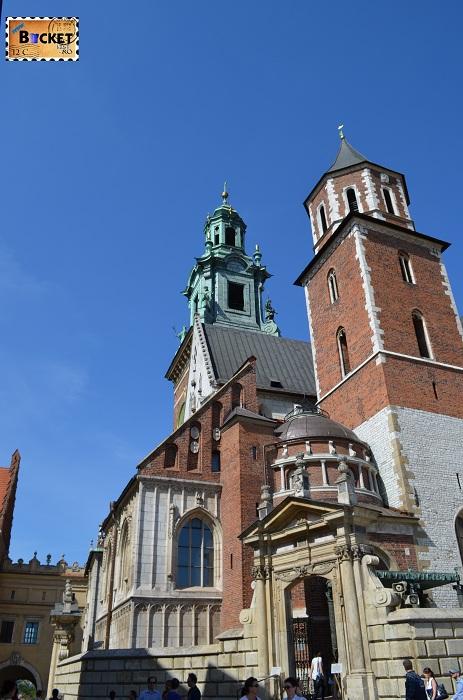 Castelul Wawel Cracovia -  Bazilica  Sf. Stanislaus si Sf. Wenceslaus si turnul cu ceas