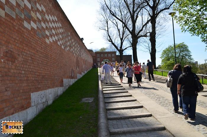 Castelul Wawel Cracovia - Ulica Podzamcze spre Brama Herbowa