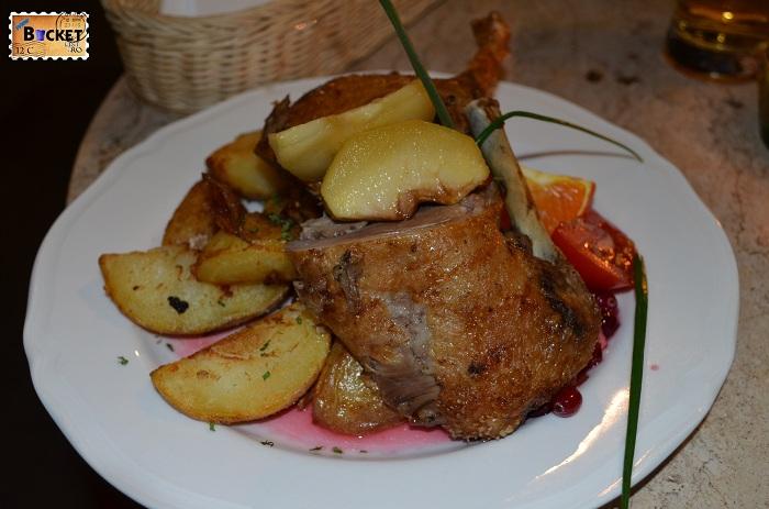 Unde să mănânci în Cracovia; mâncare; terasa; rata în crusta dulce cu mar si cartofi la cuptor servit cu sos de afine;