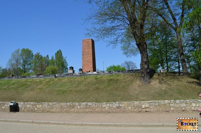 Lagărul Auschwitz I camera de gazare si crematoriu - cosul de fum de la crematoriu