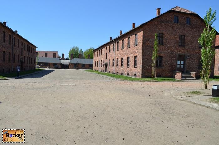 Lagărul Auschwitz I  - culuoarul de apel Appellplatz
