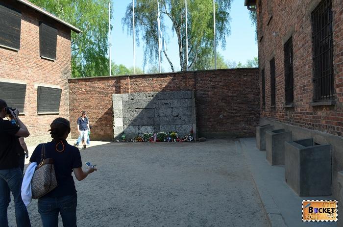 Lagărul Auschwitz I curtea interioara intre barca 10 si 11 si ziul de executie