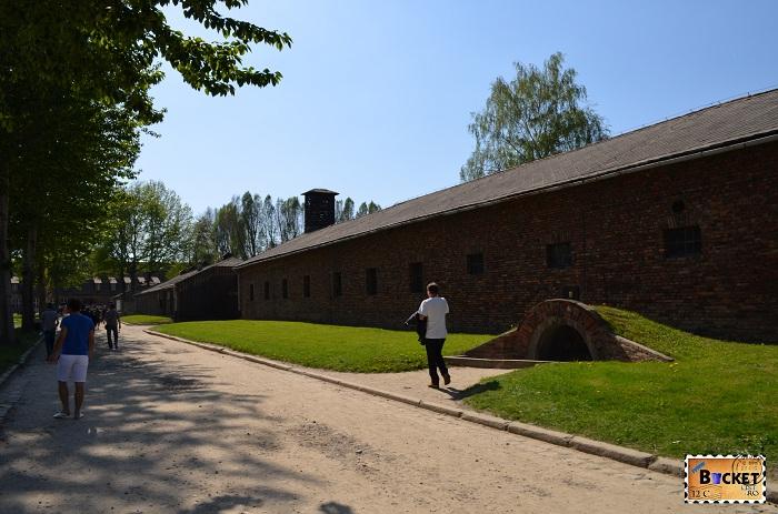 Lagărul Auschwitz I spre iesire