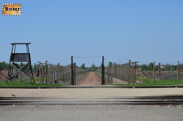 Lagărul de concentrare Birkenau - turn de veghere si drum spre crematoriu