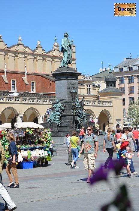 Monumentul lui Adam Mickiewicz din piaţa Rynek Glowny