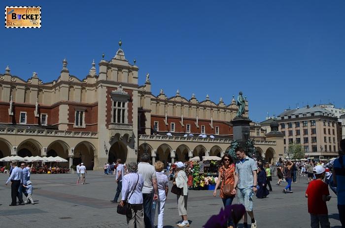 Piaţa Rynek Glowny si monumentul lui Adam Mickiewicz