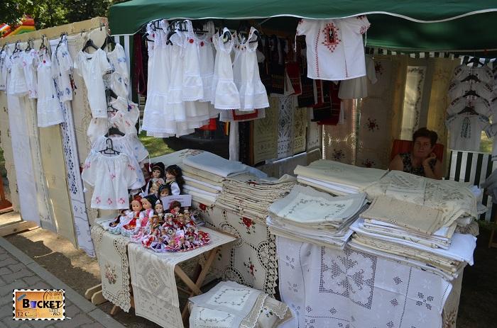 diverse costume tradiționale româneşti şi ţesături la Târgul Meşterilor Populari din Oradea