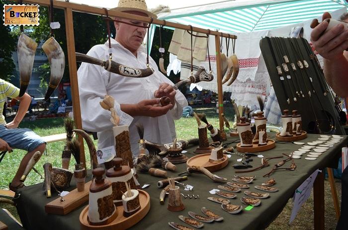 Silveszter Ferenc sculptură în coarne de cerb : solniţe, piperniţe, tirbuşoane, cuţite, furculiţe