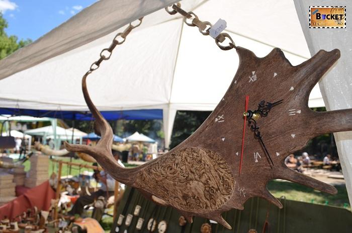 ceas de perete făcut din corn de cerb lopătar