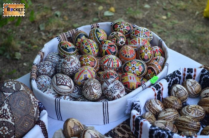 oua încondeiate la targ