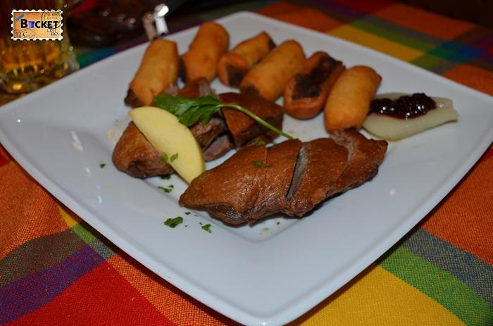 Unde să mănânci în drum spre Viena - file din piept de raţă, cu crochete umplute cu afine şi compot de pere la restaurant Paprika Csarda Hegyeshalom Ungaria