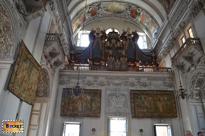 Orga si intrarea in catedrala din Salzburg