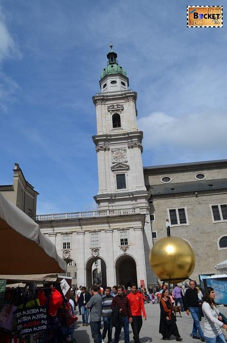 Catedrala din Salzburg privita din Kapitelplatz