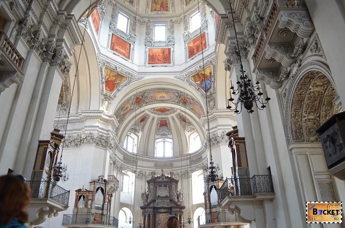 Domul si altarul principal in catedrala din Salzburg