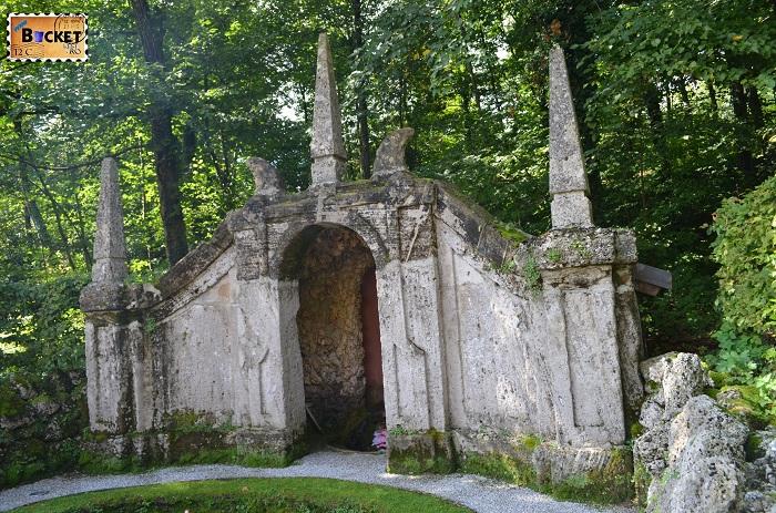 grote prin gradina Hellbrunn