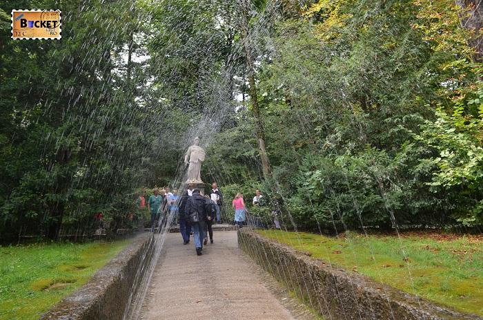 Hellbrunn alee udata de jeturi de apa