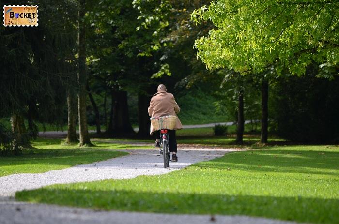 cu bicicleta prin parcul Hellbrunn