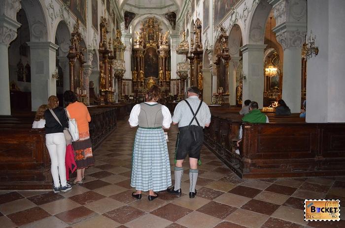 imbracaminte traditional austrica in biserica Sfântul Petru din Salzburg