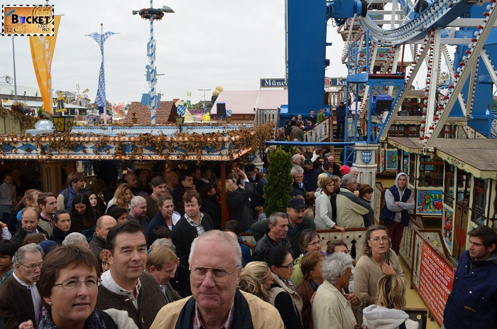Asteptand la Riesenrad - roata uriaşă - Oktoberfest Munchen