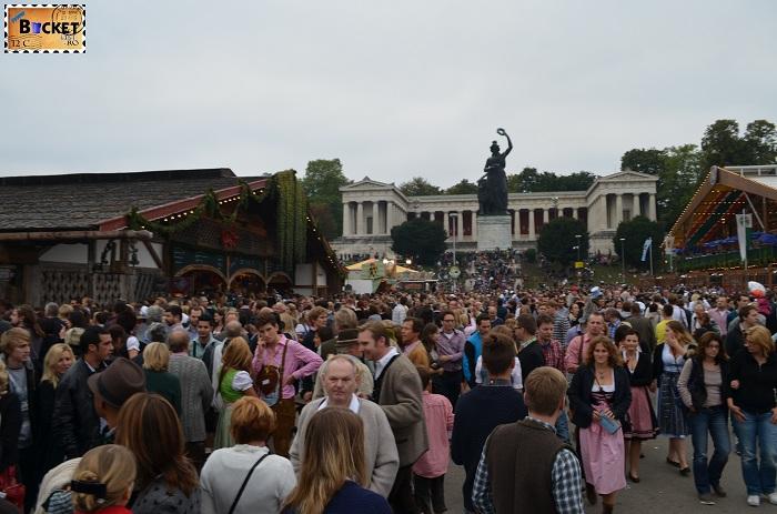 Lume foarte multa la Oktoberfest Munchen 2013