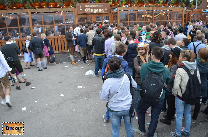 coada la intrare in cort Oktoberfest Munchen