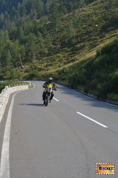 motociclist pe drumul Grossglockner High Alpine Road - Cel mai frumos drum alpin din Austria ; Großglockner Hochalpenstraße;