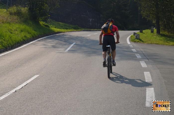 Biciclist pe drumul Grossglockner High Alpine Road - Cel mai frumos drum alpin din Austria ; Großglockner Hochalpenstraße;