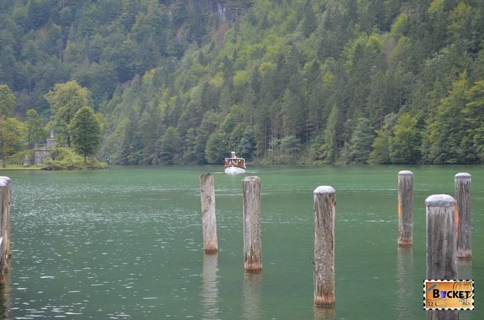 barca pe lacul Konigssee în drum spre mănăstirea Sf. Bartolomeu (St. Bartholomä)