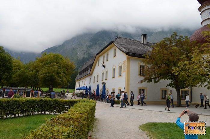 hanul de vânătoare de pe lacul Konigssee şi mănăstirea Sf. Bartolomeu (St. Bartholomä)