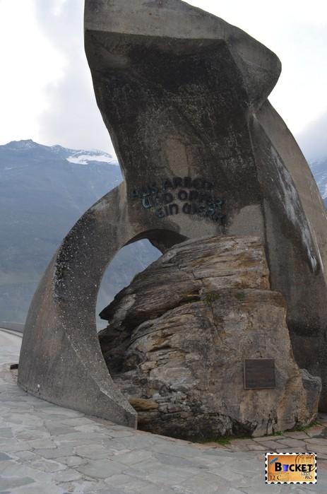 monument la barajele de la Kaprun - mantia protectoare a Sf. Barbara