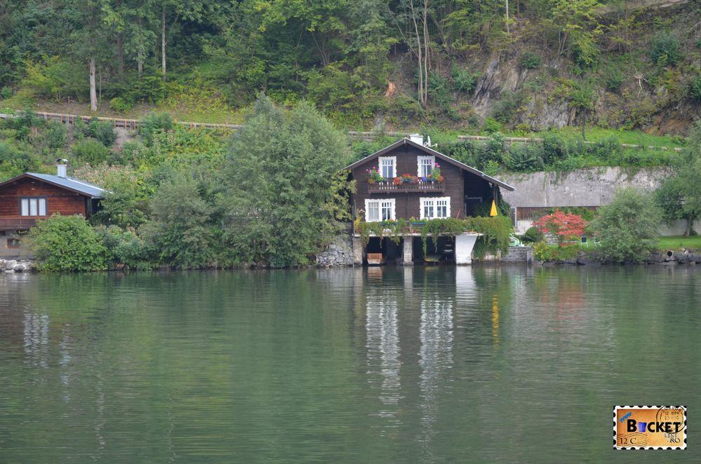 vila pe marginea lacului