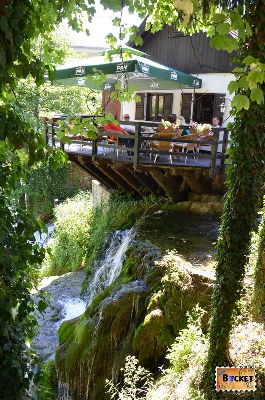 terasa cafe bar Vodena Ovca din Slunj Rastoke