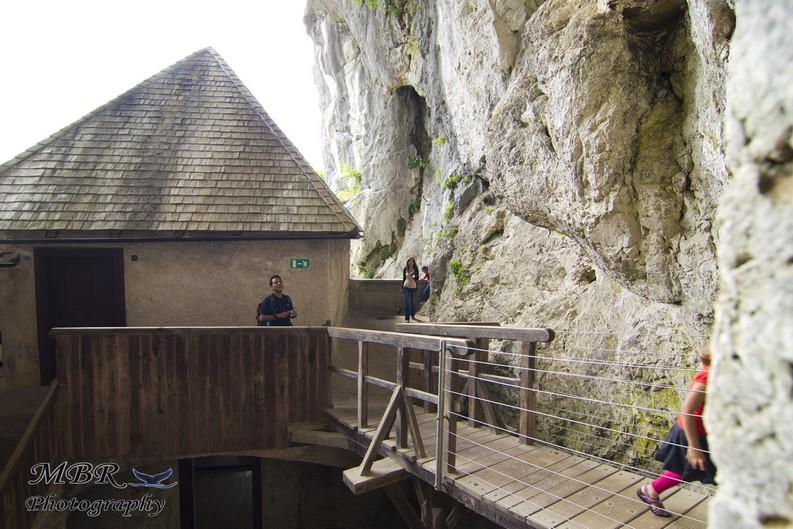 intrare in pestera de la castelul Predjama din Slovenia
