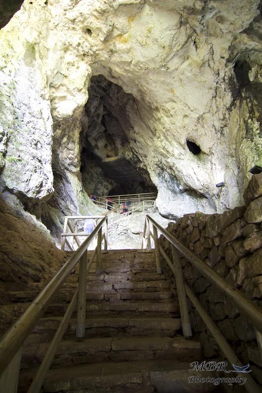 pestera de la castelul Predjama din Slovenia