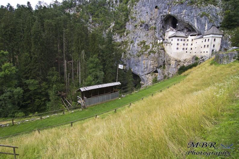 Castelul Predjama din Slovenia