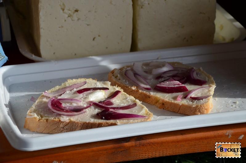 paine cu untura si ceapa rosie