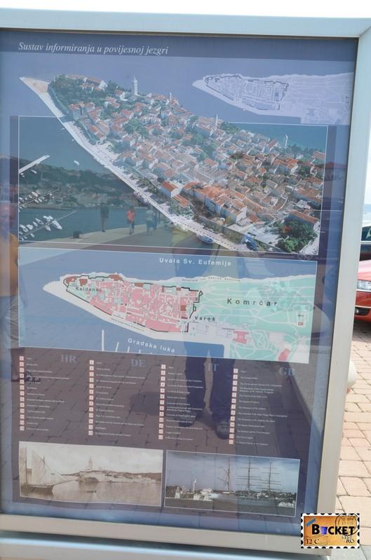 panouri informative in portul din Rab